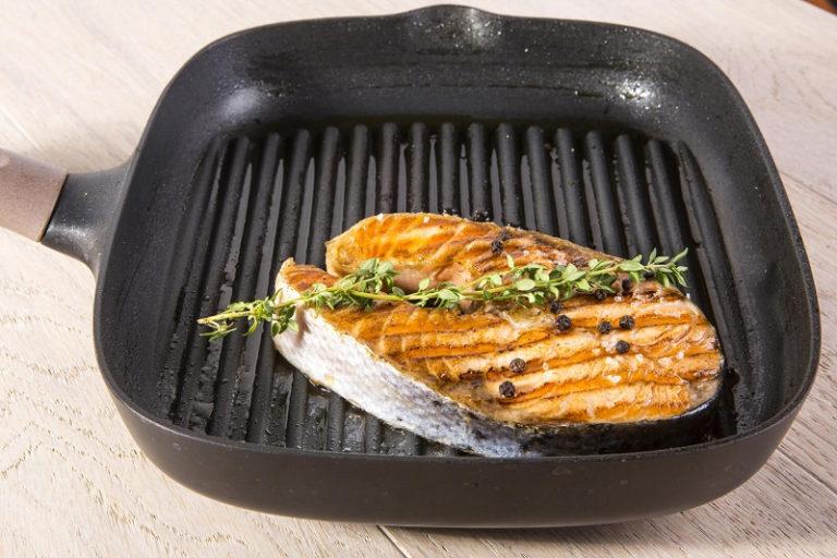 Сковорода гриль – универсальная вещь на кухне, благодаря которой можно приготовить здоровую еду с минимальным количеством жира.