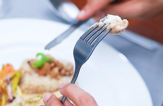 Как использовать нож и вилку в ресторане
