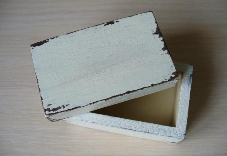Mesta-okrashennye-kraskoj-natiraem-svechoj-i-okrashivaem-tsvetom-slonovoj-kosti Шкатулка для колец