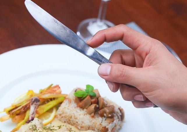 Нож в правой руке