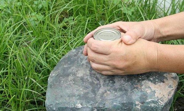 Использование камня для консервной банки