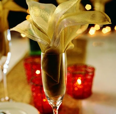 Цветок в бокал из салфеток золотого цвета