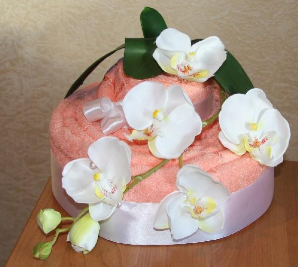 Нежный тортик из полотенца с красивыми цветами