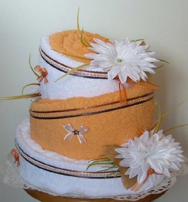 Торт из полотенец с белыми цветами