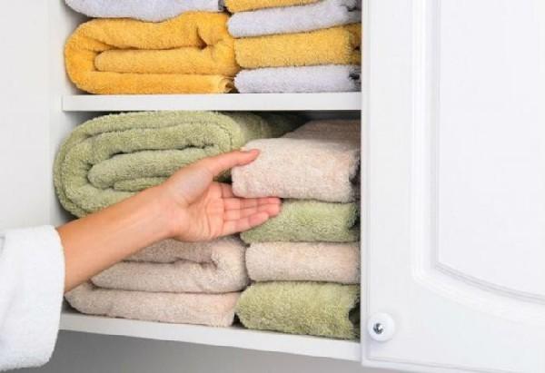 Хранение полотенец в навесной тумбе
