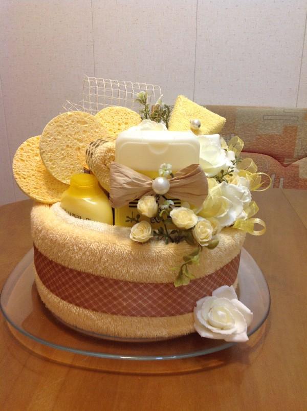 Тортик из желтого полотенца с губкой