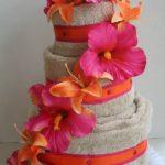 Торт из полотенец с лилиями