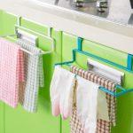 Хранение кухонных полотенец на дверцах тумбы