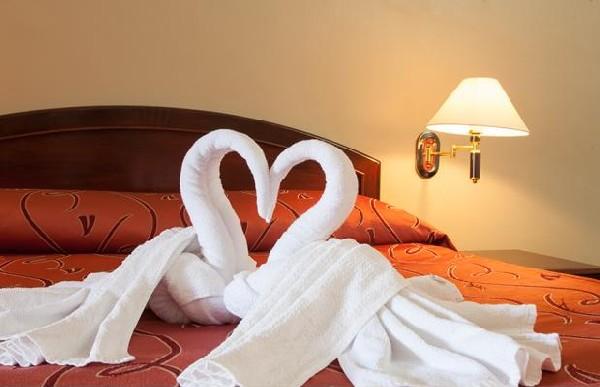 Два лебедя из полотенец