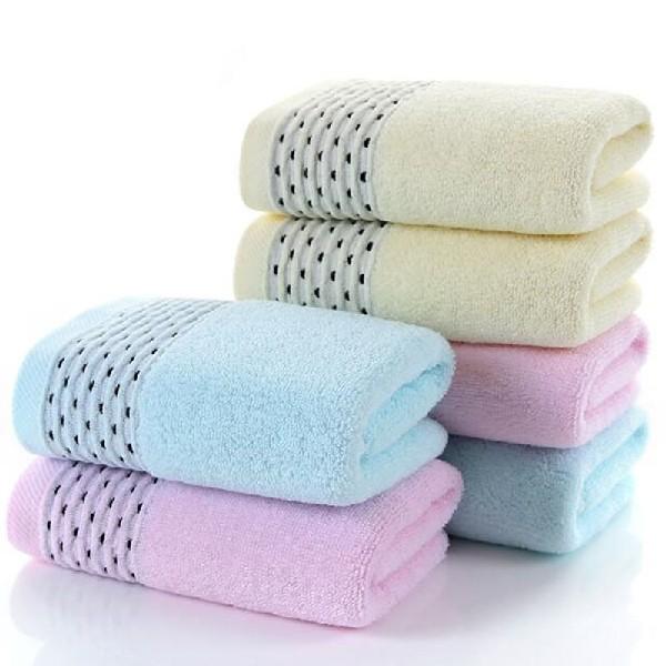 Яркие полотенца,сложенные французским способом